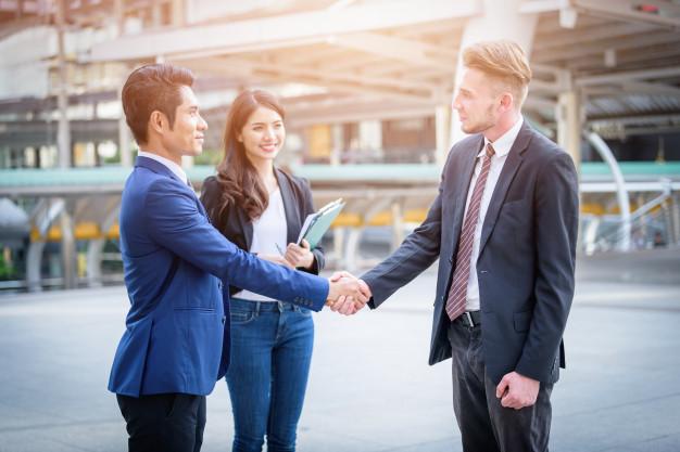 retrato-reunion-equipo-negocio-fondo-borroso-ciudad-concepto-reunion-negocios_29505-492